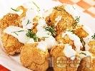 Рецепта Вкусни хрупкави печени картофени кюфтенца с магданоз на фурна, панирани в галета и яйца, поднесени с млечен чеснов сос (без лук, без пържене)